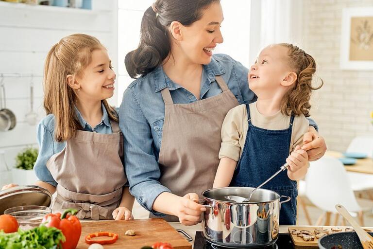 готовить еду-использовать фартук